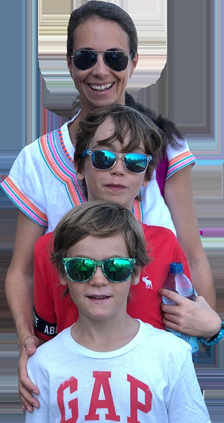 Giulia und ihre Söhne mit Sonnenbrillen