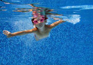 Sport mit Kindern: Schwimmen ist perfekt für die gesamte Familie.
